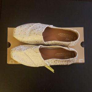 New in box Toms classic gold foil snow spots
